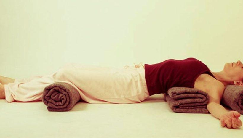 Despre efectele relaxarii yoghine si ale standului pe cap